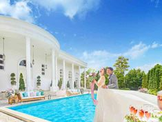白い邸宅と大きなプール