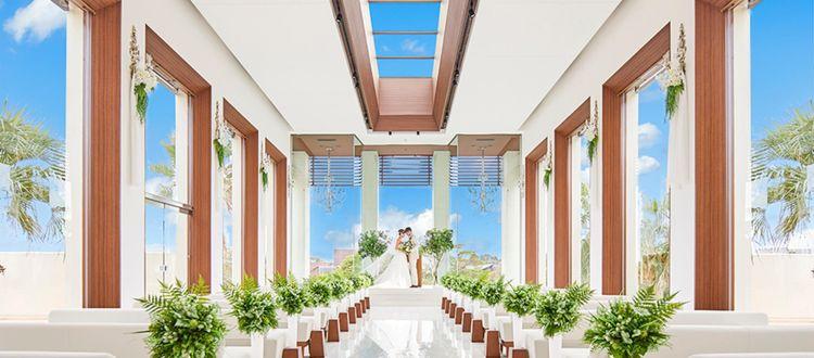 天井から祭壇までつながった空は、いつまでも続く幸せの象徴