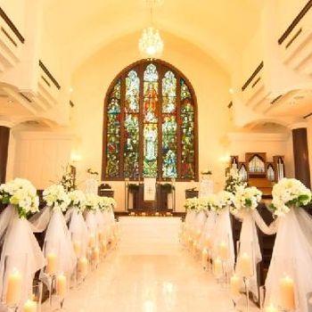 ステンドグラスが輝く教会