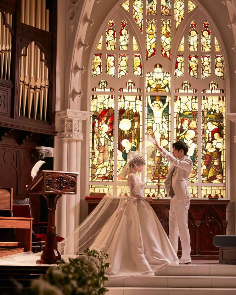 白い大理石のバージンロードは18m、天井高7mの大聖堂