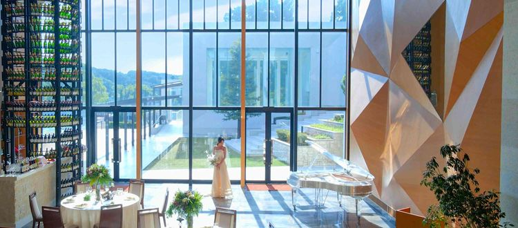 ガーデンが隣接する天井高8mの披露宴会場