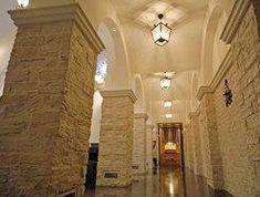 両サイドの広い回廊と広いイス