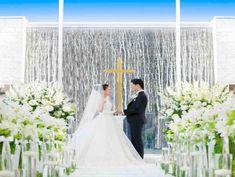 水が流れる祭壇で永遠の愛を誓う