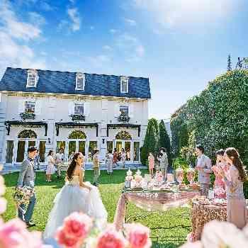 大聖堂を囲む陽気なイタリアの街並