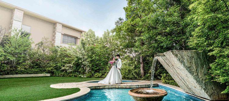 お二人の永遠の誓いが庭園に響くとき、空も緑の煌いて祝福します