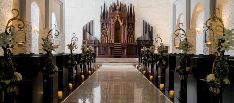 荘厳なチャペル。中央には有名建築をモチーフにした、希少な祭壇