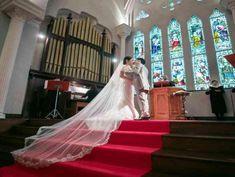 ドレスが栄える5段の祭壇