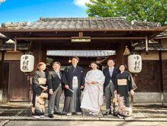 趣ある門前での家族写真