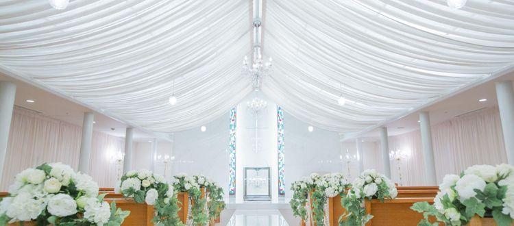 シャンデリアやステンドグラスが優雅で優しい雰囲気を演出