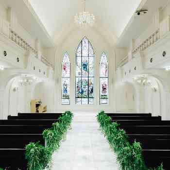 8mのステンドグラスが輝く大聖堂