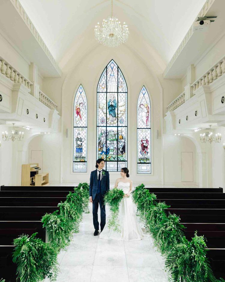 美しく輝くステンドグラスが花嫁の姿をより一層素敵に演出
