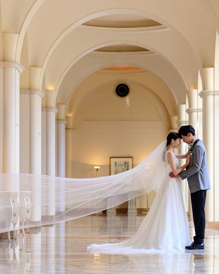 卒花嫁様に人気のドレスが映えるフォトジェニックな回廊