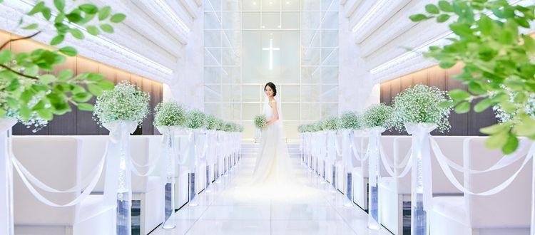 花嫁の美しさをより輝かせる暖かい光に包まれたホワイトチャペル