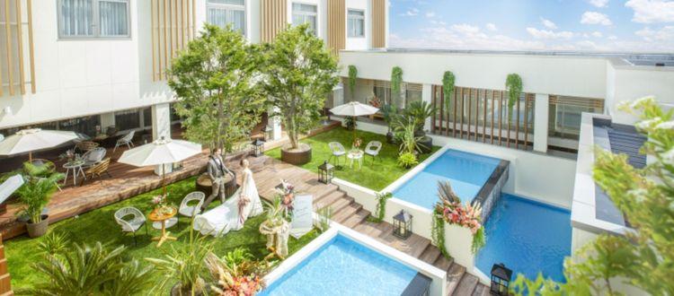 豊かな緑とプール付きプライベート感に包まれた貸切邸宅