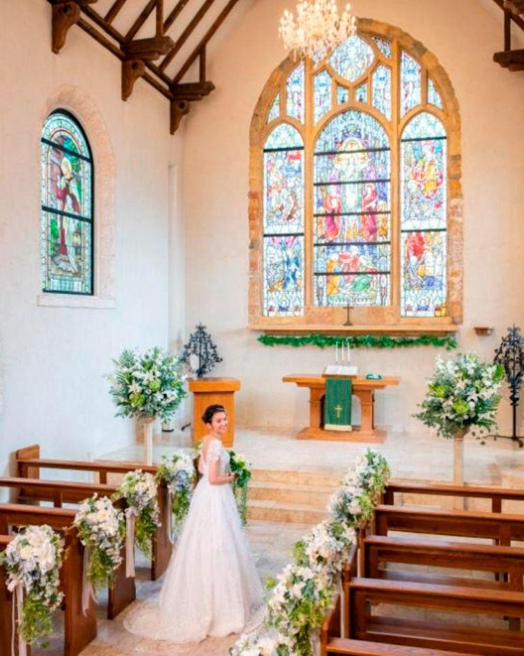 約100年もの間、花嫁を見守るステンドグラスが輝く大聖堂