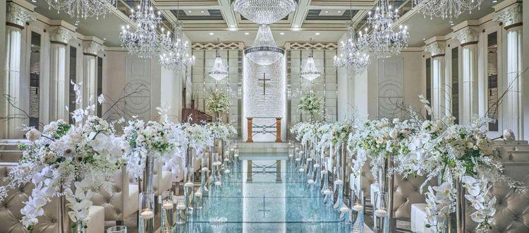 クリスタルの散りばめられた白基調の美しい聖堂