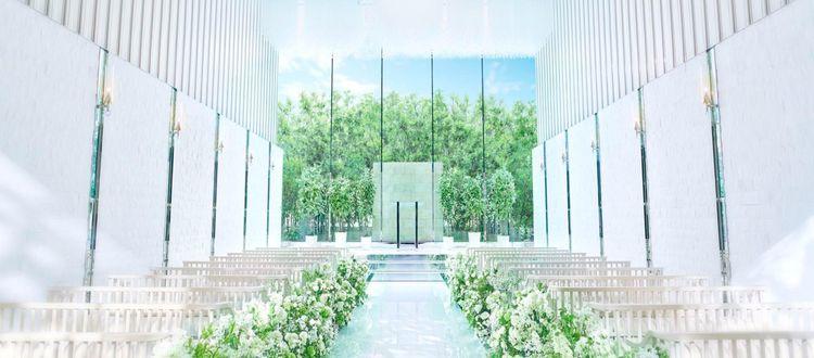 祭壇に広がる緑と抜けるような青空が印象的な誓いの空間