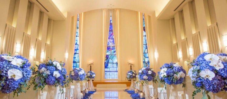 おふたりの誓いを美しく照らすステンドグラスは必見