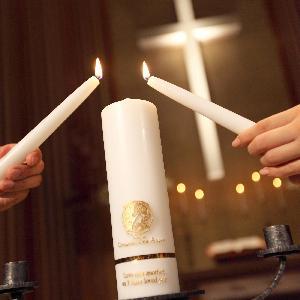 覚王山ル・アンジェ教会 親から引継がれたキャンドルの炎を同時にひとつのキャンドルに付ける事で新し家族が