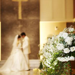 ホテルグランヒルズ静岡 大理石で作られたウェディングロードは、高級感溢れ、ドレス姿をより一層輝かせる