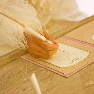 ホテルグランヒルズ静岡 おふたりに誓約書へと署名を頂くセレモニー。立会人様の署名も可能。