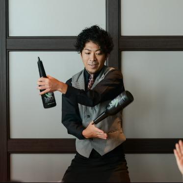 LUMIVEIL TOKYO(ルミヴェール東京) ゲストの目の前でダイナミックにカクテルを作ってくれる、フレアショ―の演出も人気