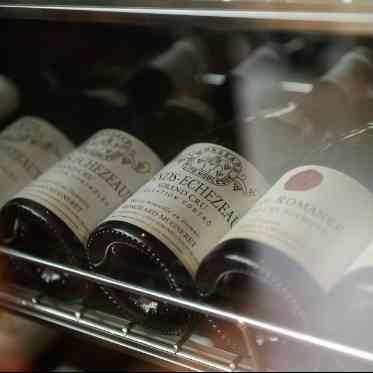 LUMIVEIL TOKYO(ルミヴェール東京) たくさんの種類のワインが並ぶワインセラーも完備。お酒好きのおふたりにぴったり