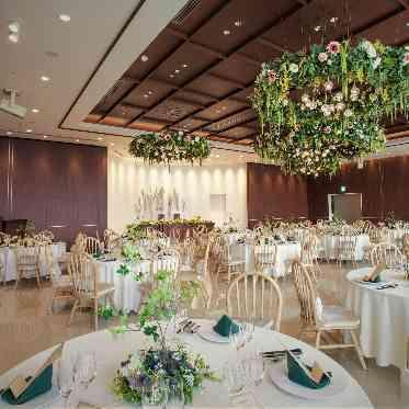 アヴァンセ リアン 大阪 開放感ある会場◆天井のシャンデリアは目を引く緑でお創り◆お写真にも映えます