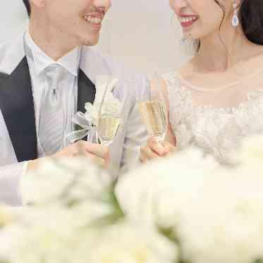 アヴァンセ リアン 大阪 白メインの会場×白い装花でワンランク上のおしゃれを