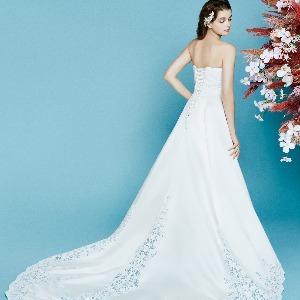アヴァンセ リアン 大阪 バック姿が美しいレースの上品なAラインの上品ドレス