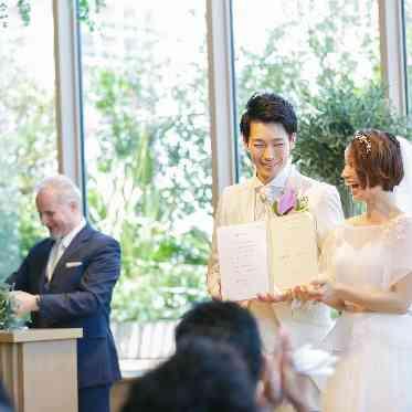 ラグナヴェール アトリエ ゲストがおふたりの結婚の承認をする人前式では笑顔も