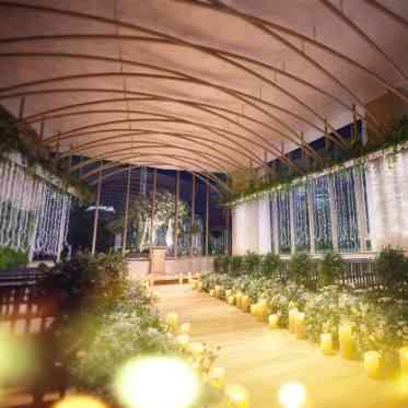 ラグナヴェール アトリエ 光の装飾をまとった木々が並ぶナイトガーデンのような空間で神秘的な雰囲気の挙式を