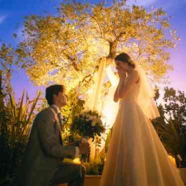 ラグナヴェール アトリエ ライトアップされたオリーブの木の前でサプライズプロポーズ。挙式前の秘密の時間