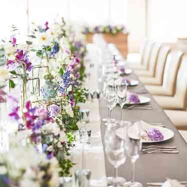 ラグナヴェール アトリエ シンプルに見えがちな流しテーブルも、フラワーコーディネートによって華やかに
