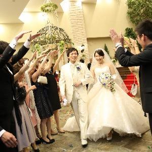ベルヴィ武蔵野 【先輩カップルWedding☆】お祝いのアーチをくぐって退場♪