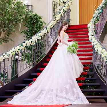 ベルヴィ武蔵野 赤いじゅうたんの大階段ならウェディングドレスのトレーンが映える