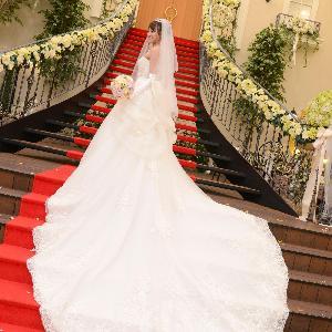 ベルヴィ武蔵野 【先輩カップルWedding☆】赤いじゅうたんの大階段ならトレーンもよく映える☆