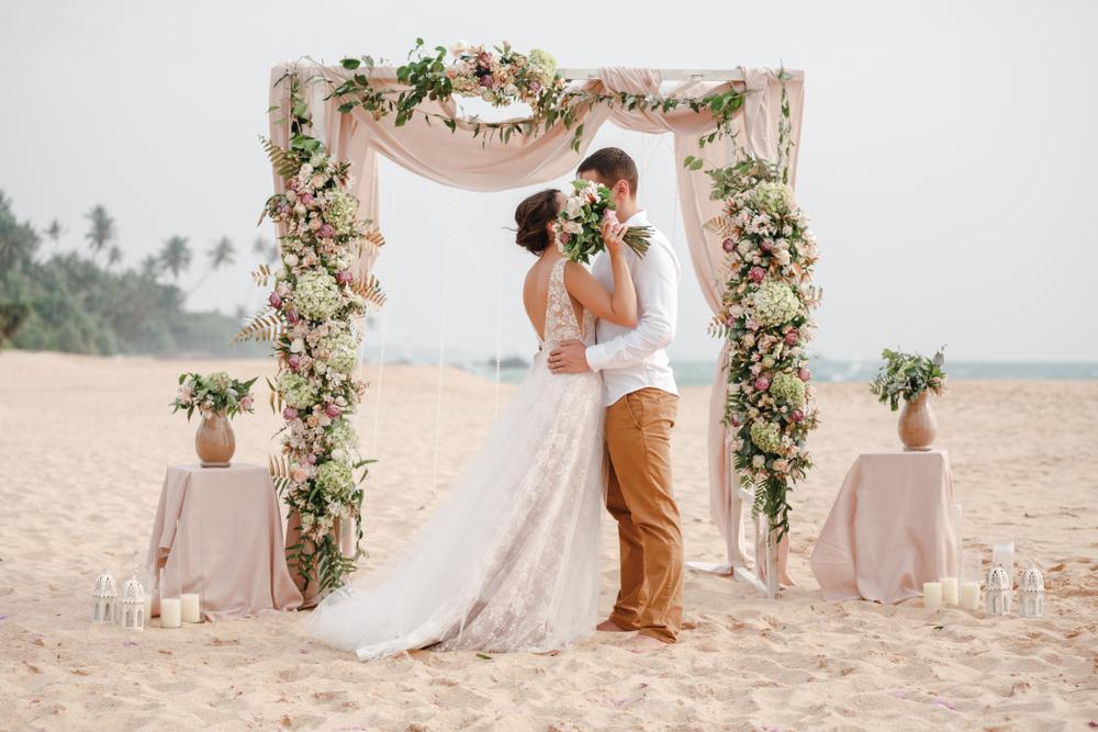 平日の結婚式は迷惑?メリットデメリットと成功させる4つのポイント
