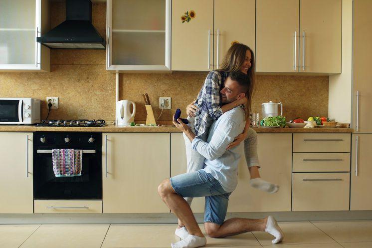 プロポーズの場所第一位は自宅!選ばれる理由と女性の本音を大調査